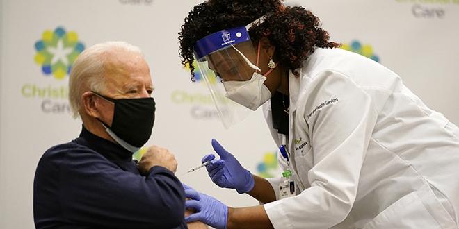 Biden reçoit sa première dose du vaccin Pfizer