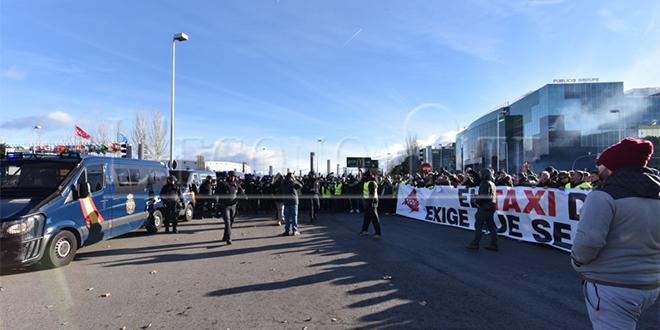 Diapo/ Madrid : Les chauffeurs de taxi paralysent le Fitur