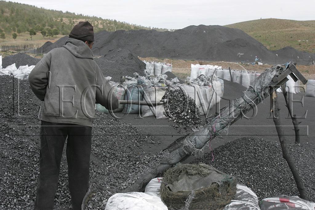 Le décor aux alentours des descenderies de charbons est typique. Des dizaines de blutoirs en sas quadrillent un espace qui semble échapper au temps.