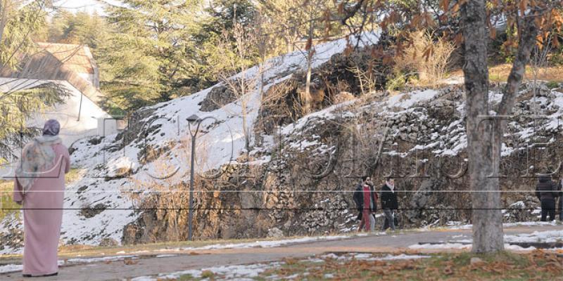 Premières neiges à Ifrane, les autorités mobilisées contre le froid