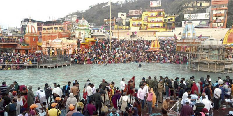 Des centaines de milliers d'hindous se baignent dans le Gange