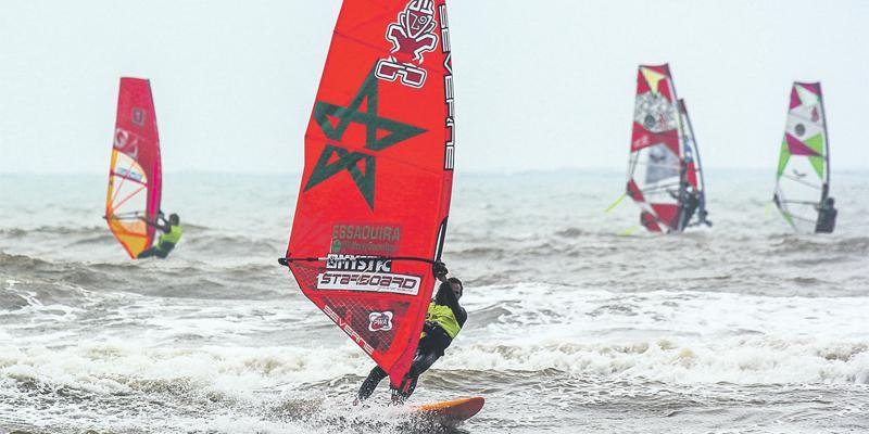 Les windsurfers prennent d'assaut la plage d'Essaouira