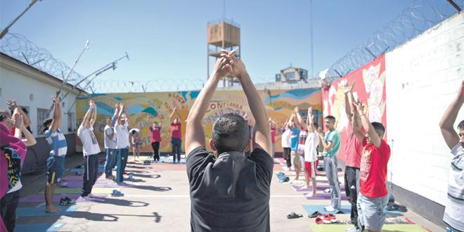 Du yoga en prison, réduire le stress et créer de l'harmonie