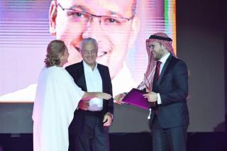 Kamel AL ASMAR a reçu le prix du jeune entrepreneur des mains de SE Sheikh PAULA AL SABAH. Ce Jordanien a créé le premier réseau de bénévolat pour le monde arabe
